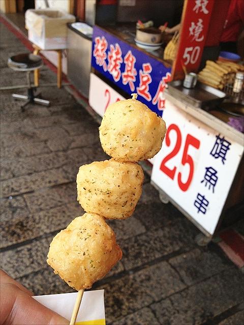 淡水の屋台で魚のねりだんご「旗魚串」を食べよう
