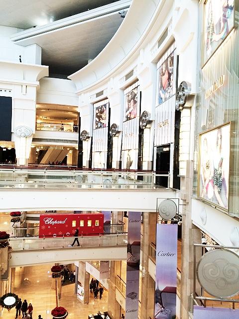 台北101のビルの中です。ブランドショップが沢山有ります