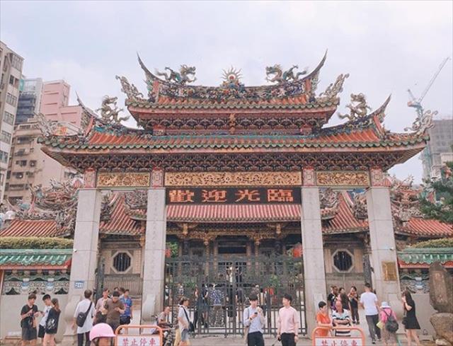 台北で一番人気のお寺【龍山寺】